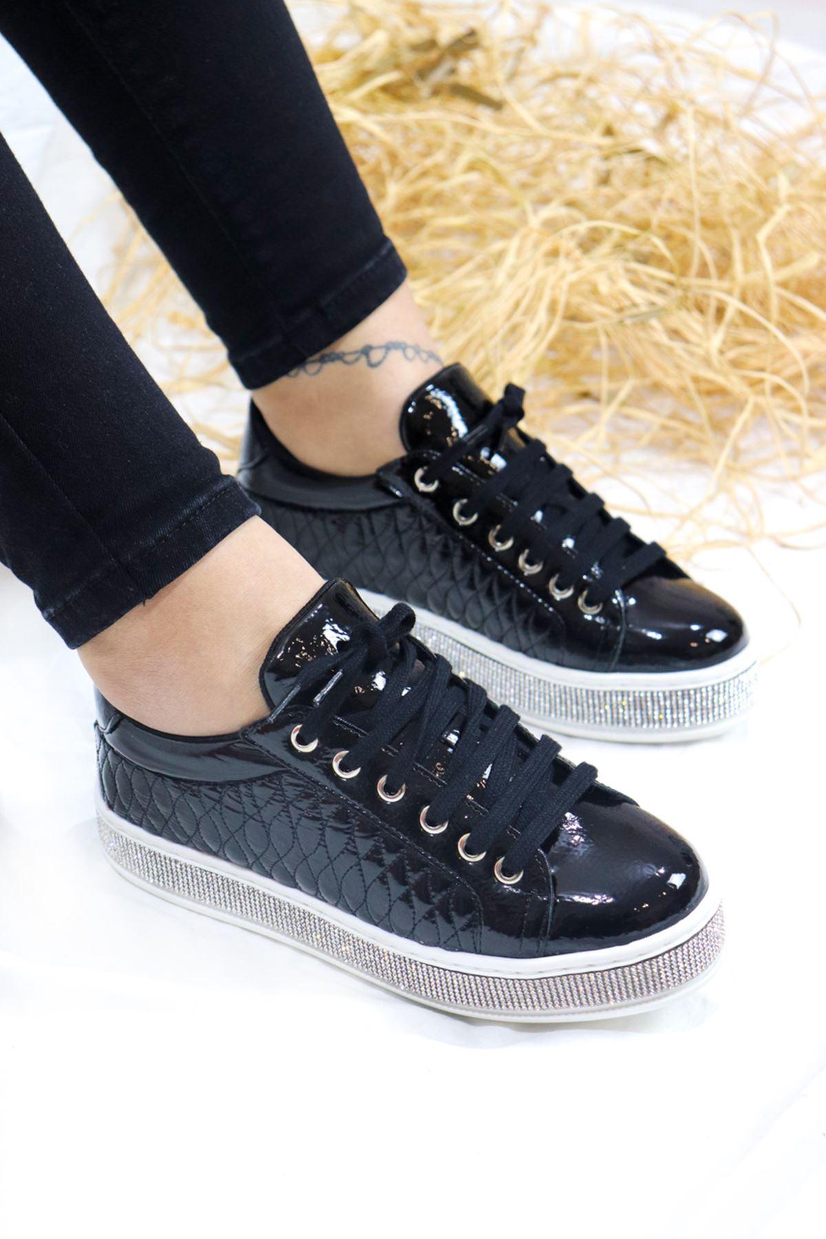 Trendayakkabı - Siyah Rugan Taş detaylı Kadın Spor Ayakkabısı