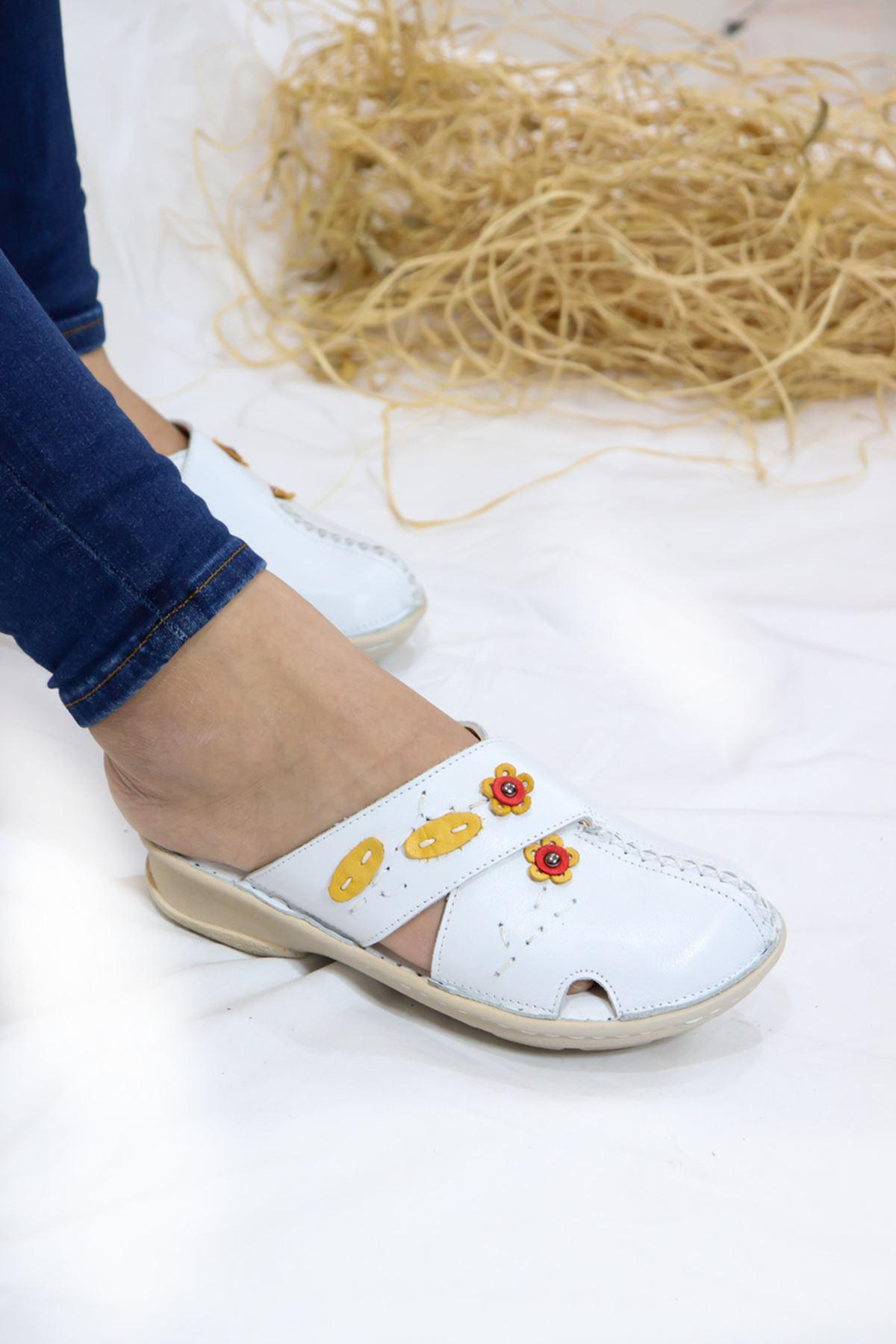 Trendayakkabı - Beyaz Önü Kapalı Çiçek Detaylı Terlik